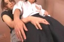 「勉強できないのにおチンチンは優秀なのね〜」放課後の教室で女教師に手コキされる生徒M男くん!