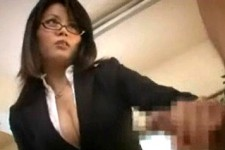 「会社で丸出しにして〜恥ずかしくないんですか〜」巨乳部下の言葉責めで辱められる上司M男くん!佐藤みき