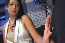 「足コキでいっぱい遊んでやるわ〜」美人女優が助監督を痴女って足コキ抜き!
