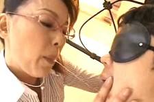 「口開けて〜お母さんが唾飲ませてあげる〜」メガネ熟女母が息子の童貞筆おろしでヨガリ鳴き!青井マリ