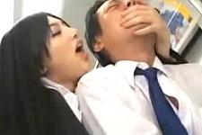 「チンポの先からザーメンぶちまけて〜」美人の痴女OLが電車の中で中年オヤジにエロい事をつぶやきながら手コキ抜き!原紗央莉