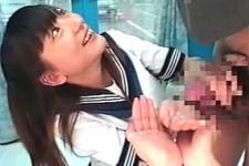 「気にしないでね〜嬉しいよお〜」美少女JKに肉棒握られて秒殺するM男くん!