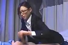 「すごいカチカチ〜先っちょ弱い?イっちゃう?ダメ〜」メガネOLに痴女られ焦らされてナースに手コキ抜きされる患者M男くん!松野ゆい