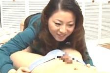 「すごいビクビクして〜イカせてあげる〜いっぱい出してママに見せて〜」熟女母が息子の朝立ちにシャブリつき手コキ抜き!