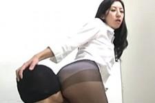 「もっとお尻に押し付けて嗅いで〜息がかかって温かい〜」熟女上司が黒パンストでM男くんを尻コキ抜き!