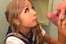「何で出しちゃったんの〜やりたかったのに〜」金髪黒ギャルJKがトイレで中年オヤジをフェラ抜きザーメンごっくん!涼風ことの