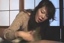 「スッキリさせてあげちゃおうか〜」熟女母が風邪で寝込む息子を手コキ抜きにザーメン抜き!仲田絵理