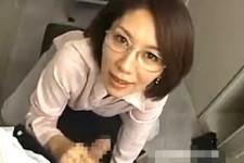 「ちょっとだけ食べてもいい?皆には絶対内緒よ〜」美熟女上司が覗きをしていた部下を痴女っちゃいます!翔田千里