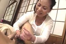 「嬉しいお母さん〜大きくなったご褒美ですよ〜」熟女母が息子の勃起に喜んで手コキ抜き!湯沢多喜子