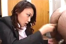 「出せよ〜ケツの穴気持ちいいんだろう〜」美熟女社長のドS言葉責めにアナル手コキ同時責めでダメ社員を強制連続射精!内田美奈子
