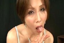 「汁もとっても美味しい〜イケナイおチンチンね〜」発情した美熟女が淫語連発しながら肉棒舐め回してフェラ抜き!