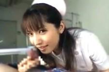 「中まで濡れちゃった〜拭いてあげるから許して〜」肉食エロナースが患者の顔と肉棒を舐めまわし手コキ抜き!南波杏