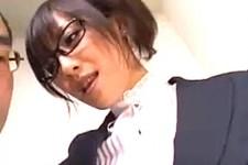 「こんな固くしてお仕事にならないんじゃない〜」メガネ美人秘書がセクハラ社員を言葉責めして美脚パンストで足コキ抜き!広瀬奈々美