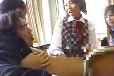 「先生ホントは嬉しいんでしょ〜」教え子のJK達に逆レイプされエッチしちゃう担任教師!