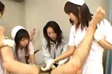 「我慢しなくていいですよ〜」女医とナースに囲まれてチングリ返しで手コキ抜きされる患者M男!