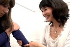「もっとかわいくアンアン言って〜」ドSお姉さんにトイレで痴女られ手コキ抜きされる女装子!相田ゆりあ0
