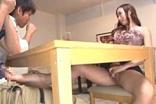 「先っぽグリグリいいんでしょ〜」美人お姉さんがテーブルの下でこっそり足コキ責め!蓮実クレア