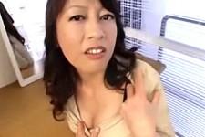 「早く動かしなさいよ〜」熟女が罵倒しながらオナニーセンズリ鑑賞!秋川真理